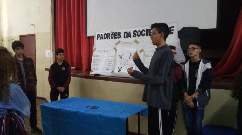 Trabalhos de filosofia e sociologia transformam o auditório da ETEC Júlio de Mesquita em espaço cultural